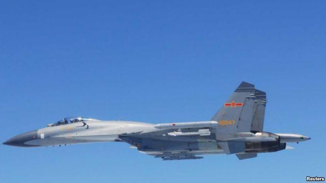 ເຮືອບິນລົບ SU-27 ຂອງຈີນ ບິນ ເໜືອນ່ານນ້ຳ ໃນທະເລຈີນ ຕາເວັນອອກ ວັນທີ 24 ພຶດສະພາ 2014 ທີ່ກະຊວງປ້ອງກັນ ປະເທດຍີ່ປຸ່ນ ເປີດເຜີຍໃຫ້ຊາບໃນວັນທີ 25 ພຶດສະພາ 2014.